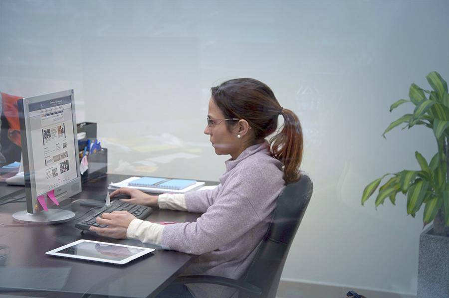 Cristina trabajando en la web de la Biblioteca Universitaria de Las Palmas de Gran Canaria