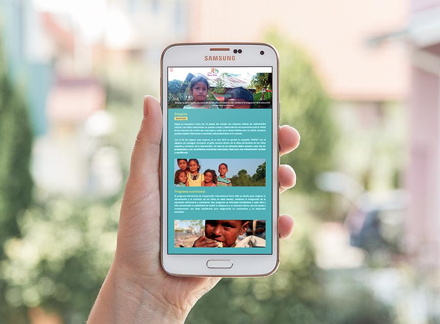 Mano con móvil y web de Cooperación Internacional Dona Vida