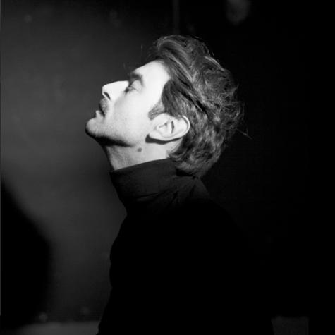 Foto de perfil en blanco y negro del actor Javier Rey