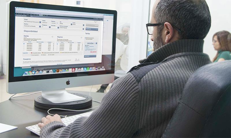 Jonathan trabajando en la web de Naviera Armas
