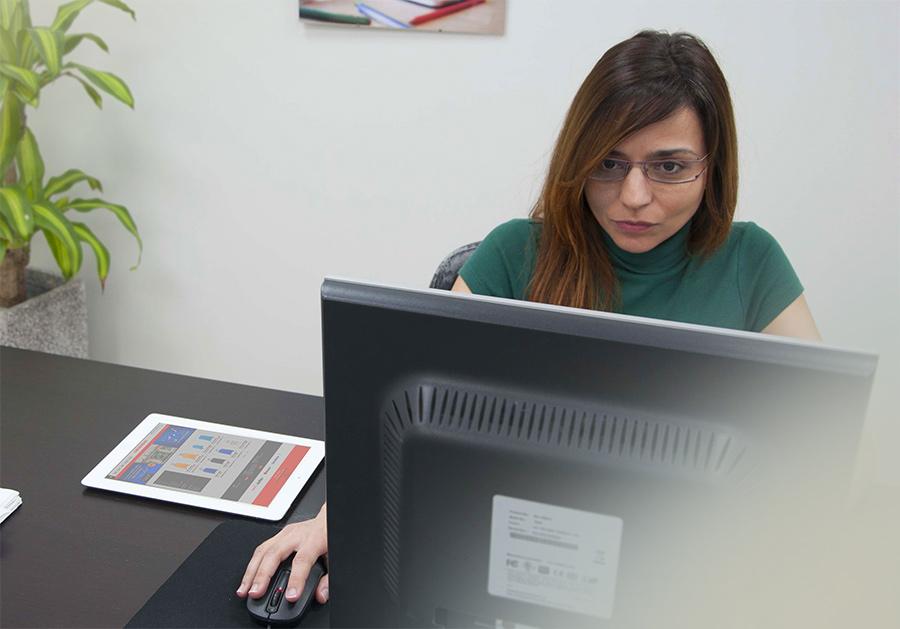 Cristina trabajando en la web de Tumaleta.es