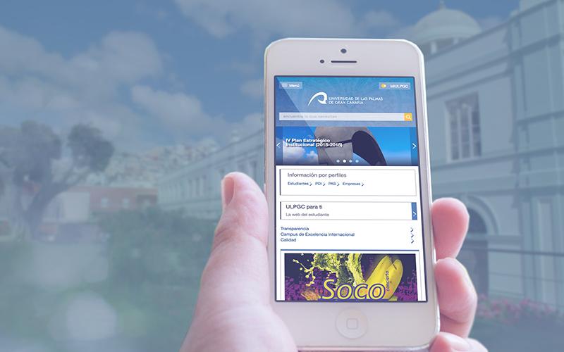 Mano con móvil mostrando la web institucional de la Universidad de Las Palmas de Gran Canaria