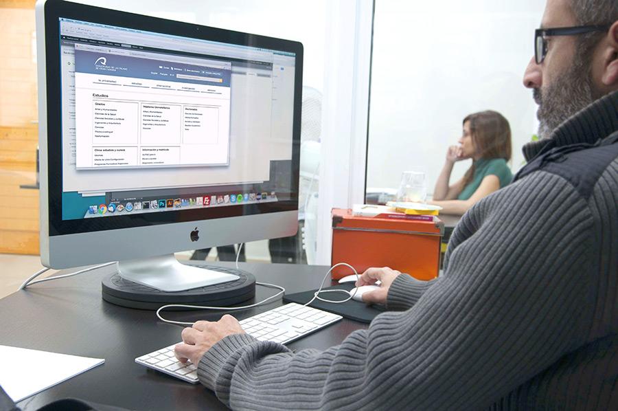 Jonathan y Cristina reunidos trabajando sobre la web de la ULPCG